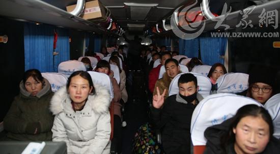 员工坐在暖心大巴内,脸上洋溢着满意的笑容_看图王