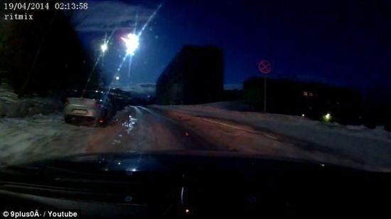 俄罗斯 陨石/巨型陨石坠落俄罗斯照亮地面夜如白昼