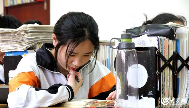 3眼镜、水杯、涂卡笔·······高三学生课桌上的标配_副本.jpg