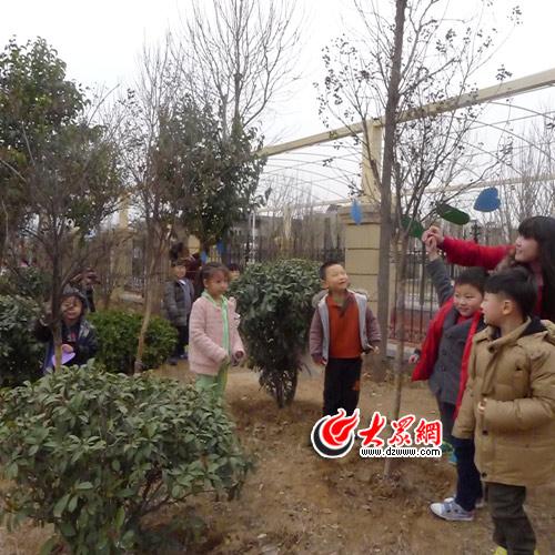 """在植树节来临一周内,老师们首先向幼儿介绍""""植树节"""