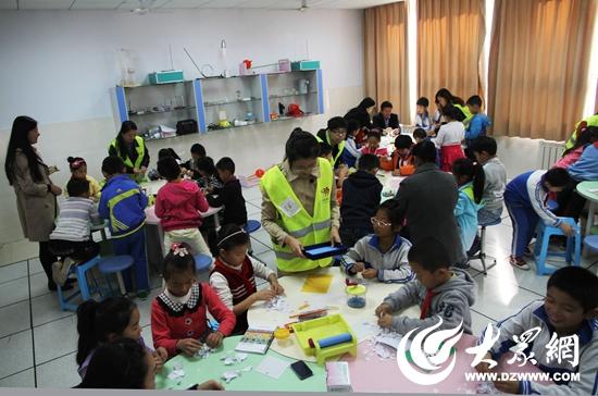 与孩子们一起上了一堂妙趣横生的造纸手工课.