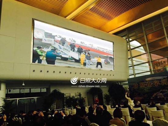 从上海飞来的首航飞机平稳降落日照