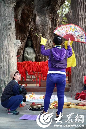 韩国人到山东莒县寻根问祖 在千年银杏下祈福