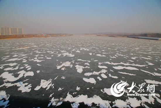 沭河湿地公园处的沭河水面全部结冰