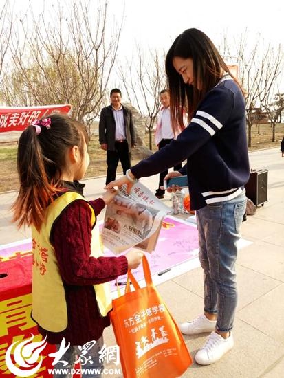 莒县东方金字塔学校为三中学生郭邦辉义卖义捐