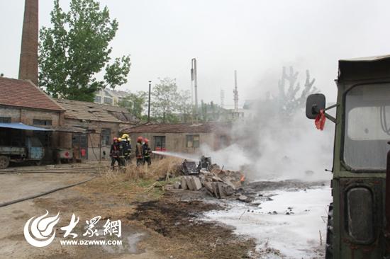 莒县消防队员在灭火