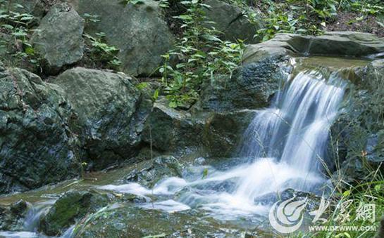 莒县浮来山风景区一泻千里的瀑布成为摄影师的聚集地