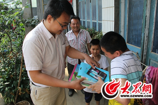 """岚山区公路局牵手""""六一"""",帮贫困留守儿童完成心愿"""
