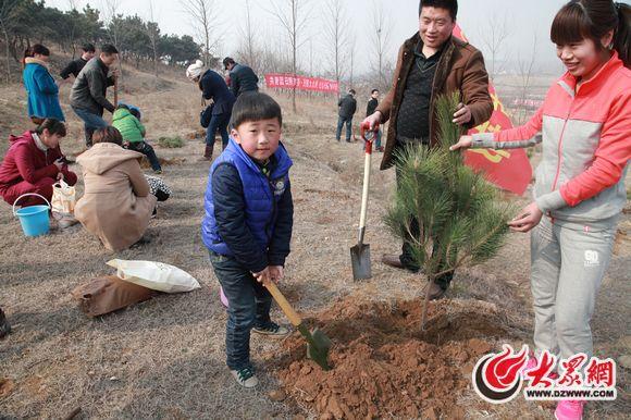 让心愿与小树一同成长 高科幼儿园师生同植许愿树