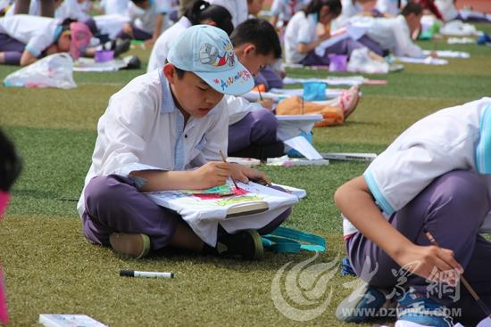 名小学生参加了手工涂鸦