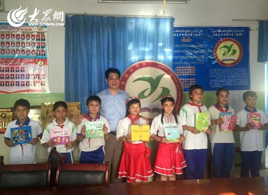 管西亮向新疆麦盖提县央塔克乡双语小学捐赠图书一批