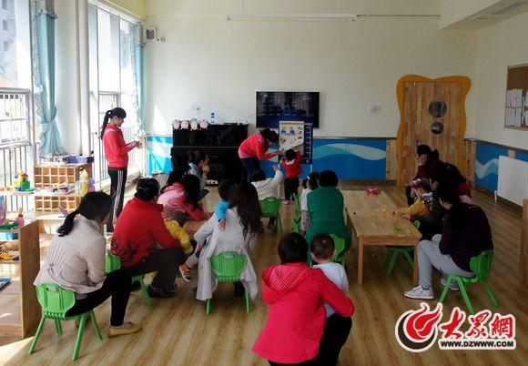 幼儿园的老师在娃娃家为孩子们准备了丰富的手工; 看园团第三站走进飞