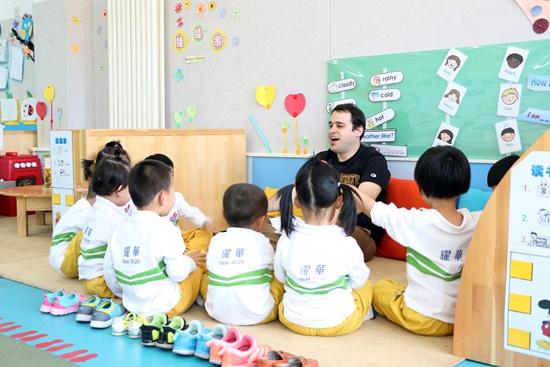 耀华幼儿园外教在授课   在6月13日至15日举行的日照市第二届童博会上,日照国际耀华国际教育幼儿园的外教老师会现场与小朋友们交流,授课。此外,现场报名还可享受九五折优惠。   据介绍,耀中国际教育于1932年在香港创立,先后在四个国家(地区)成功办学,国内在北京、上海、深圳、重庆、青岛、广州、烟台、日照等地区先后开办学校。日照耀华国际教育幼儿园作为日照市的对外窗口和市长工程,在市委市政府、日照市教育局的支持和关怀下,取得了建设办学的一系列进步和发展。学校占地20余亩,与日照市金海岸小学相邻,园区建