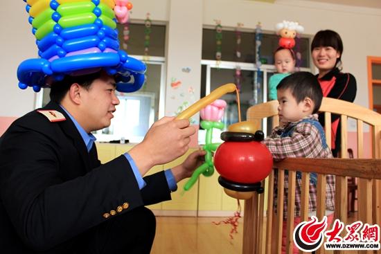 """?#29031;?#28779;车站员工看望福利院儿童 送去""""气球灯笼"""""""