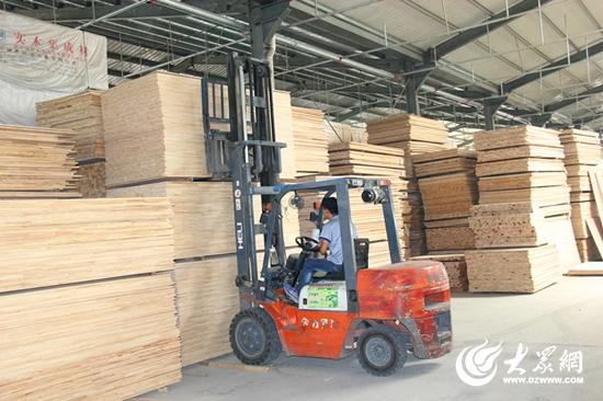 工人们对加工好的木材进行搬运。  一木材厂仓库内,加工好的木材堆积待出厂。  一木材加工厂内,工人们正在对木材进行加工。  一木材加工厂内,工人们正在紧张的工作。 大众网日照9月8日讯(见习记者 赵发宁 通讯员 李海东)时下,走进碑廓镇中兴森工、冠通木业等木材加工企业生产车间,车间内机器轰鸣,工人们正紧张生产,一派繁忙的生产场面。在突破园区,聚力招引号召下,碑廓镇也在木材产业上做文章。 突破园区凭真功,聚力招引出实招。针对木材产业发展粗放的现状,碑廓镇组织专业人员对木材产业进口、加工、销售等环节进行专