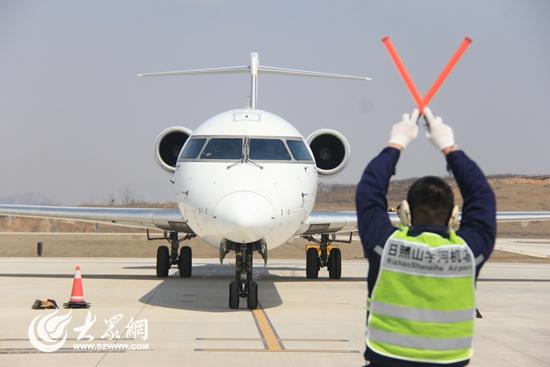 飞机停靠在停机坪上