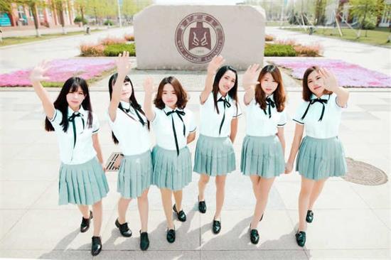 学生们的拍摄服装包括婚纱,民国学生装等,类型丰富个性十足.