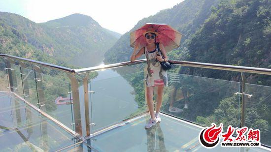 五莲县九仙山旅游风景区玻璃栈道段在经历试营业后,迎来了正式营业.