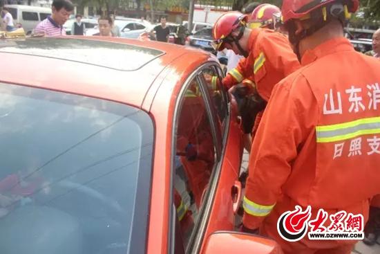 消防官兵赶到救助被困孩子.webp