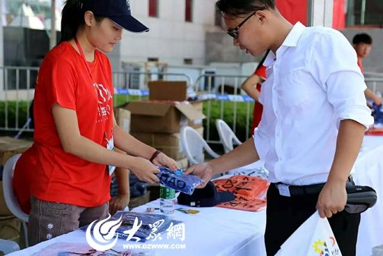2017马拉松志愿者向比赛选手发放选手服装