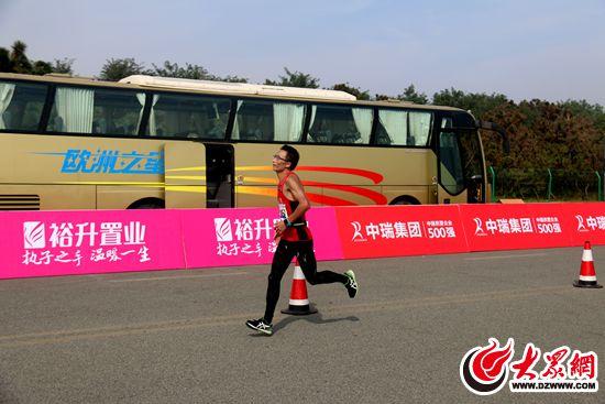 墙前合影 大众网日照9月24日讯(记者  万嵩)24日,2017日照国际马拉松图片