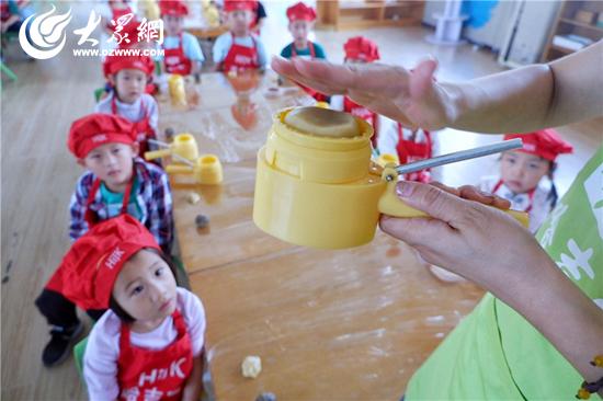 日照港第二幼儿园开展了中秋节系列活动,通过讲说传统,手工制作,小吃