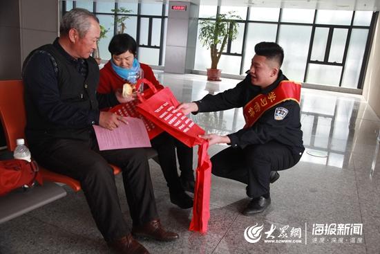 区公安分局组织民警开展学雷锋系列便民服务活