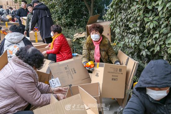 发货区100多人正在紧锣密鼓地装箱
