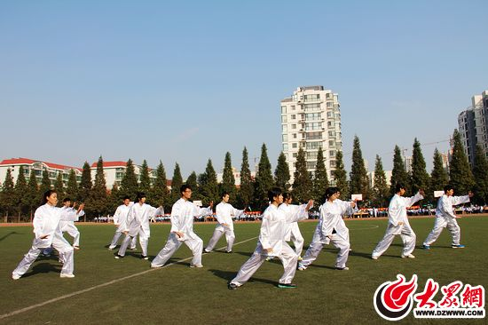 新营中学山海天分校青岛路中学的师生也来到了学校,并组队参加比赛.