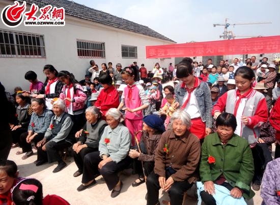 莒县石屯社区小学开展关怀老人活动