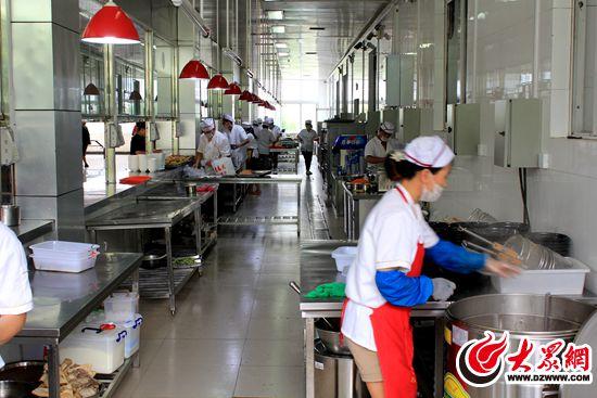 不敢有一丝马虎,后厨的硬件设施每天都要进行消毒清洁工作,厨师也拥有