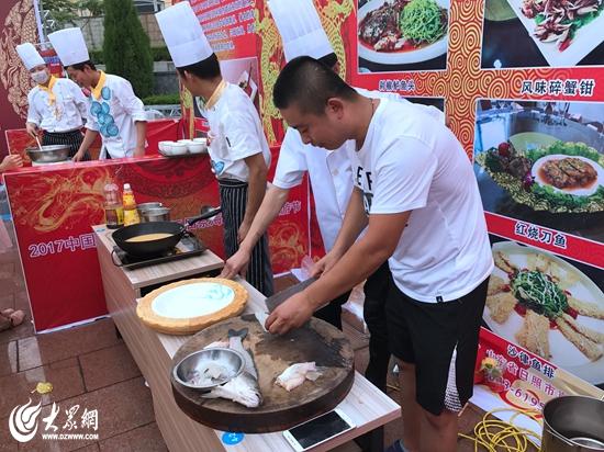厨师在制作海鲜美食