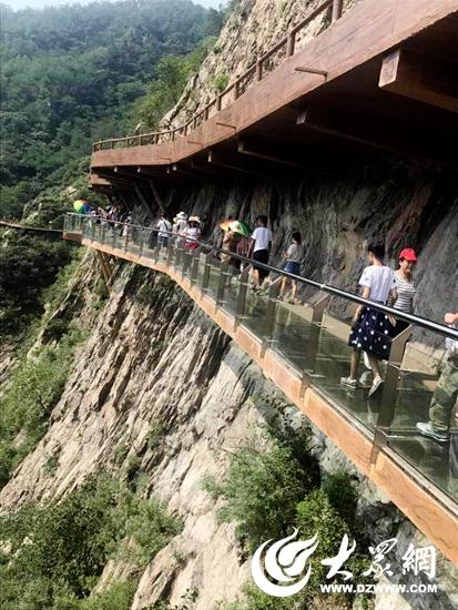 五莲九仙山的峡谷漂流,试营业阶段的玻璃栈道吸引了大量游客前来观赏