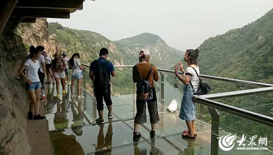 周末两天参观九仙山玻璃栈道的游客们