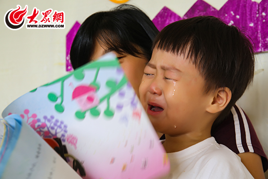 大众网日照8月31日讯(实习记者 孙龙坤)对于孩子来说,幼儿园是从简单的家庭生活进入到集体生活的第一站,第一次进入幼儿园,产生分离焦虑情绪其实很正常,毕竟宝贝们第一次离开了熟悉的家庭环境,离开熟悉的爸妈,进入一个陌生的地方,接触陌生的人,他们自然会感到不适应。8月31日,日照心苗幼儿园开学,大众网记者用镜头记录下了那些宝宝们离开家长时的各种有趣表情以及他们在幼儿园里的萌态。