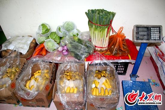 蔬菜水果隨意擺放在地
