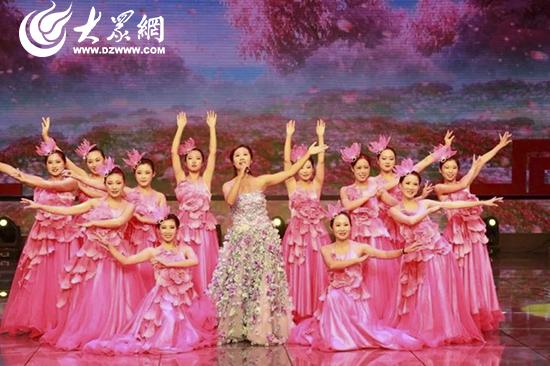 场舞爱在天地间_队表演了歌伴舞《爱在天地间》为广大医师献上了一场精彩的视觉盛宴