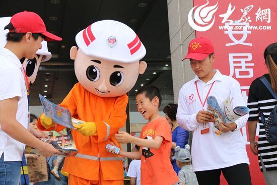 日照消防支队消防志愿者们来到童博会,带来消防安全知识.jpg
