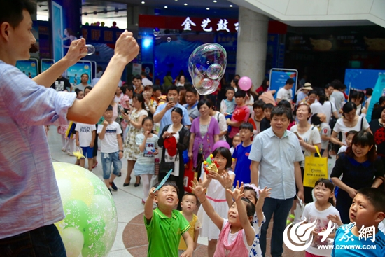 魔法泡泡秀吸引了孩子们的眼光(张希嘉 摄影).jpg