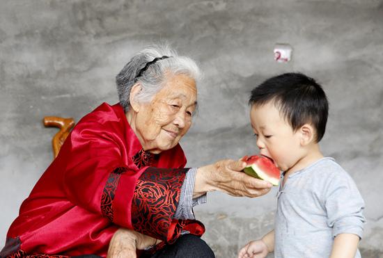 90高龄的老太君与一岁半的重孙子,90年.JPG