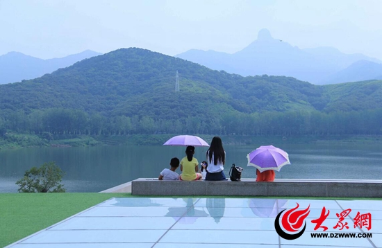 静静欣赏秀丽松月湖 摄影 厉夫昌.jpg