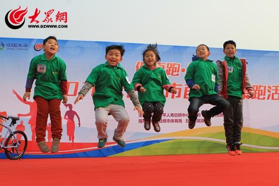 兴高采烈的孩子们(安佰明摄).JPG